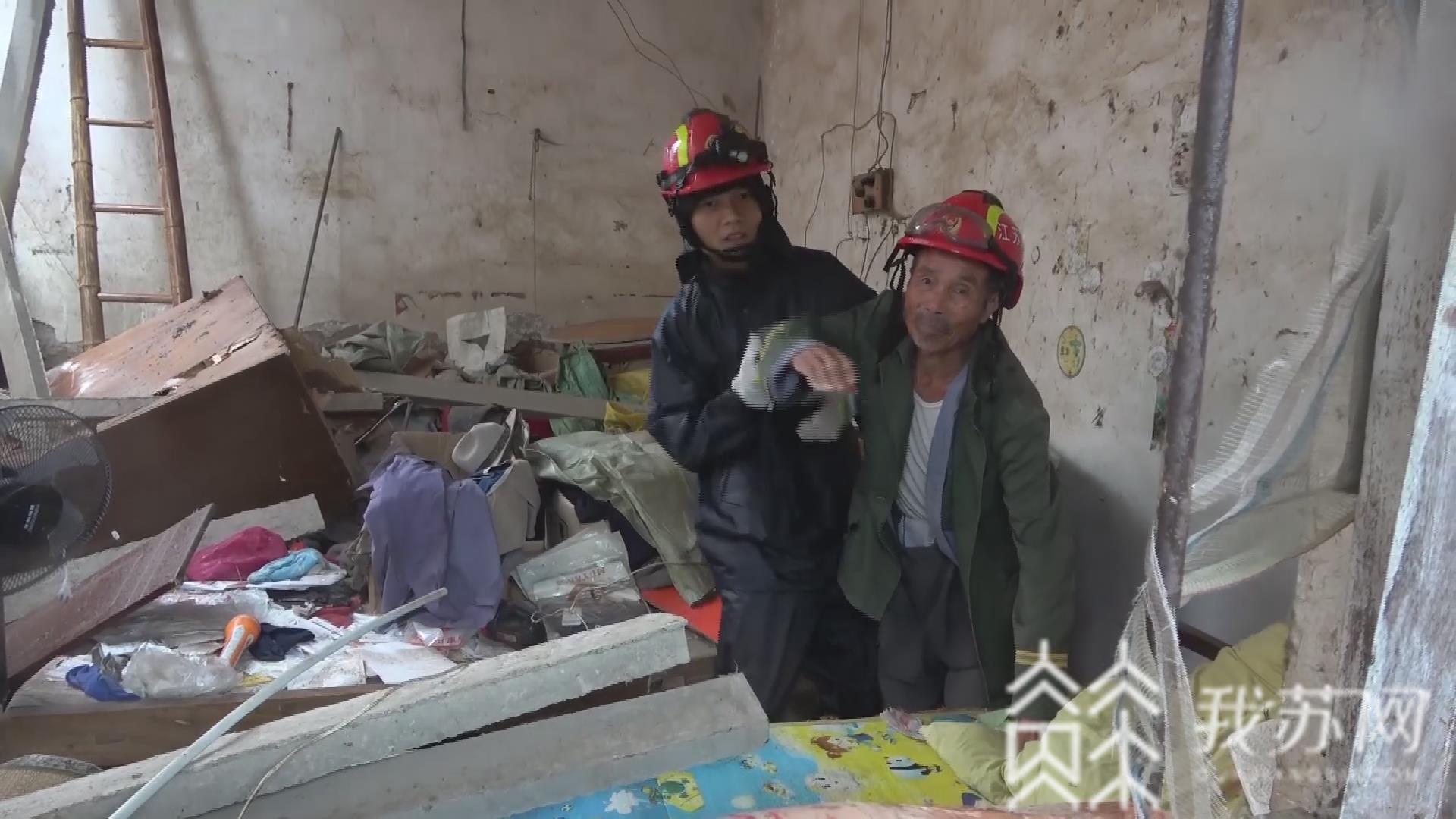 老人:消防救出被困老人 连云港:强降雨致房屋坍塌