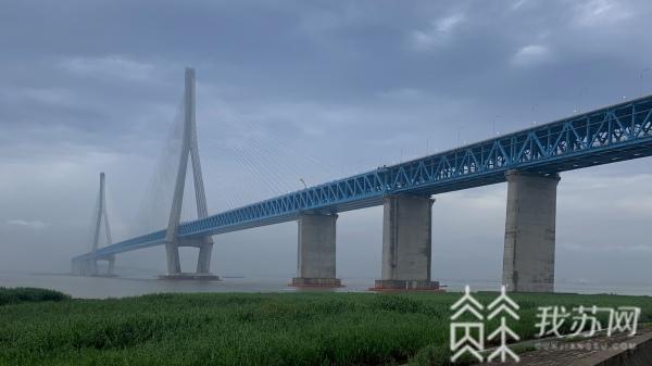 """""""探桥""""沪苏通长江公铁大桥 世界上最硬钢丝在这里"""