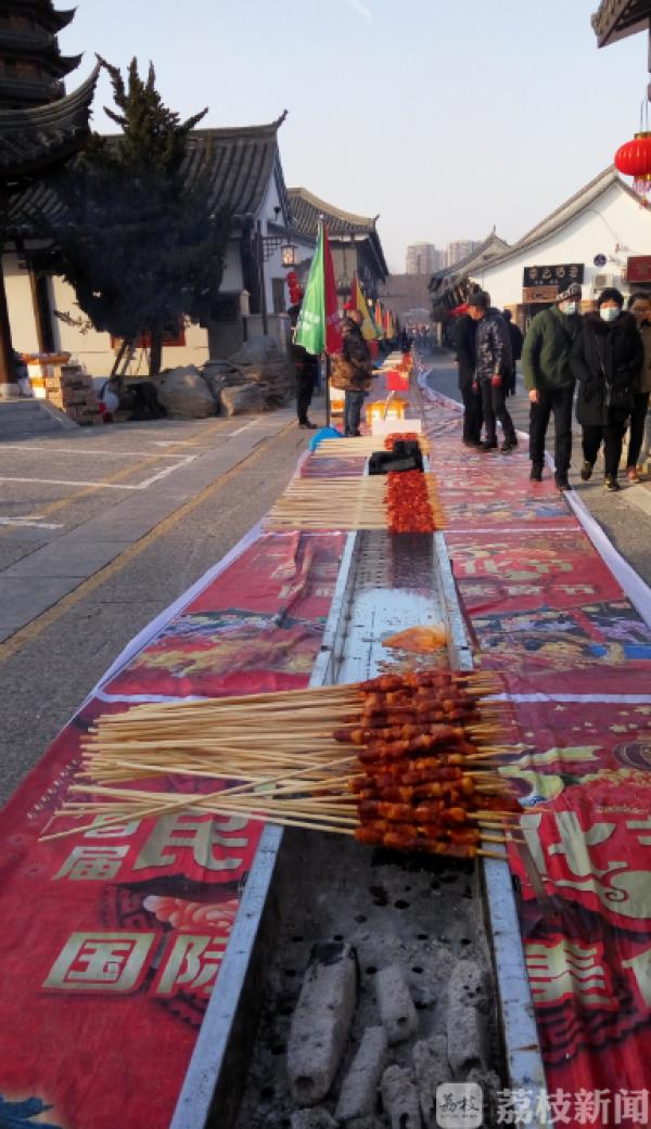 淮安文庙108米长烤肉炉能烤15000串(视频)