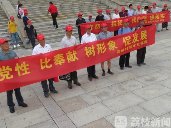 一上午98個黨組織來這里重溫入黨誓詞 新四軍黃橋戰役紀念館游客如潮