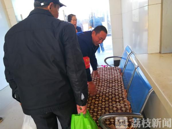 """【暖新闻】南京公交有个迷你候车室 当地村民称为""""温暖小站"""""""