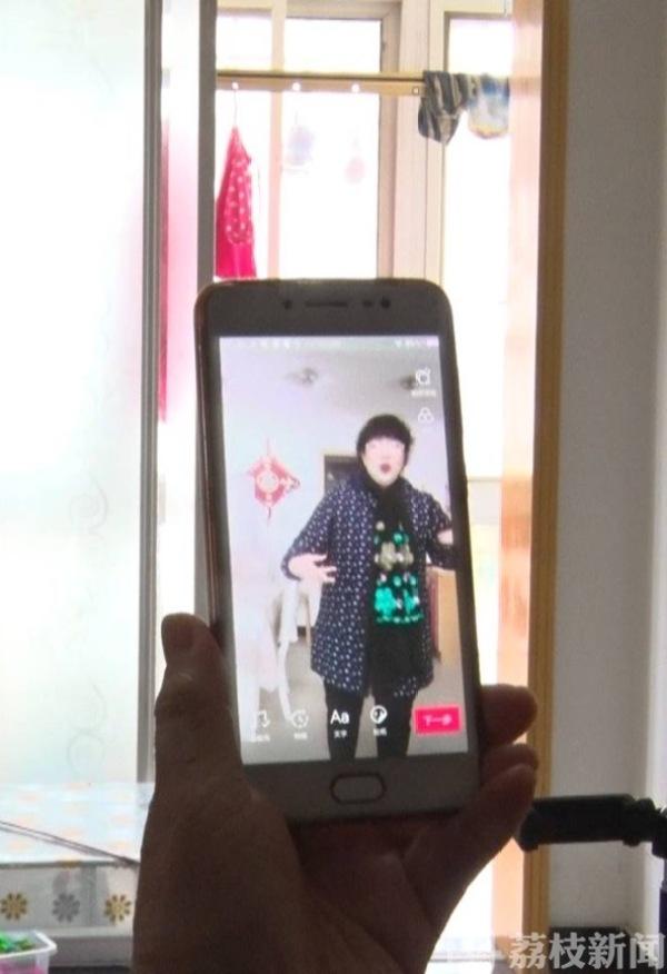 """花式宅生活——61岁老人拍短视频成""""网红"""""""