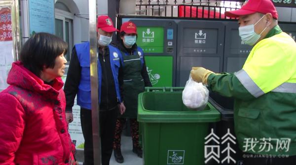 """为了都会干净 他们与垃 圾为""""伴"""" 就地过年 暖在身边"""
