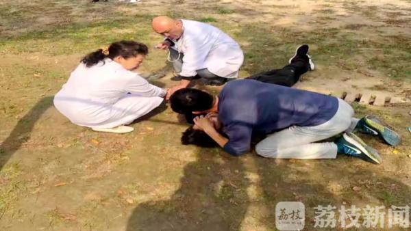 徐州大二男生体育课上昏厥 老师双膝跪地进行急救