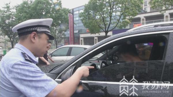 """""""李鬼""""保时捷频现身 民警蹲守"""