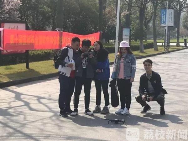 蒙古族小伙拍摄正能量短片网络赚钱记录校园生活 全网点击量破千万