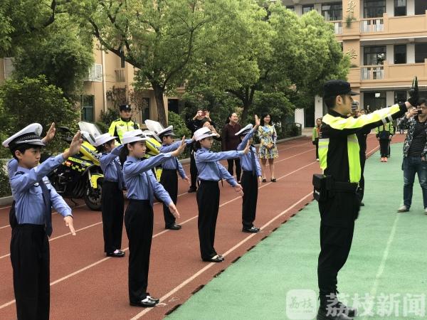 """南京少年交警队""""小交警""""今天正式上岗啦!"""