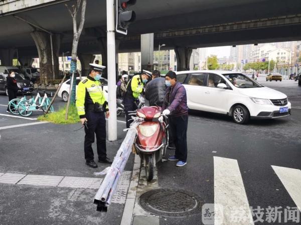 电动车违规载货隐患大 南京交警