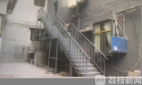 酒店消防楼梯搭到居民家门口 还自称是可移动装置......|荔枝解忧