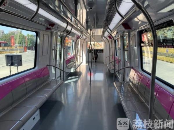 苏州5号线全自动驾驶B型地铁列车在南京下线