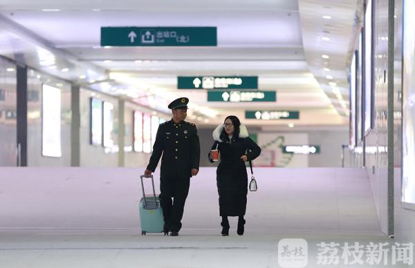 准军嫂辗转2000多公里军营探亲士官老公高调示爱(视频)荔枝军事