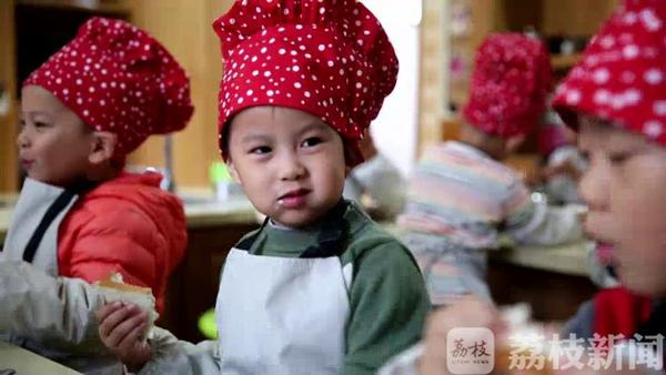 好羡慕!这所幼儿园开了烹饪课,冬天里讨论吃火锅……