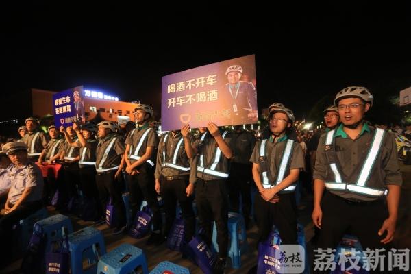 扬州警方交通安全教育进社区 将普法搬上舞台!