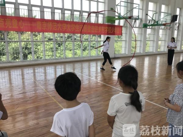 """与奥运冠军惠若琪一起打排球!乡村儿童体验""""不一YOUNG的体育课"""""""
